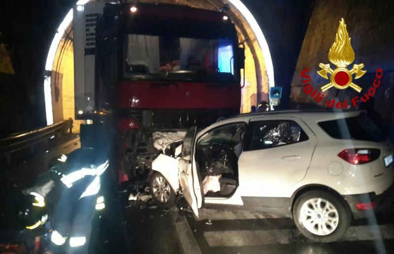 Manocalzati, violento impatto tra un'auto e un autocarro sull'Ofantina