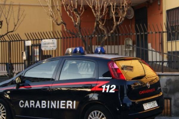 Non si ferma all'Alt e getta dal finestrino cocaina e marijuana: arrestato dai carabinieri